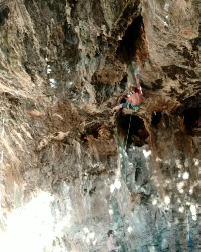 טיפוס במערת נזר בצפון- אסף לוי אבן גיר
